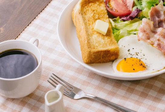 朝食をとる